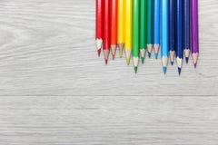 Matite colorate su priorità bassa di legno Fotografie Stock
