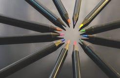 Matite colorate su priorità bassa nera Fotografie Stock