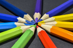 Matite colorate su priorità bassa nera Immagine Stock