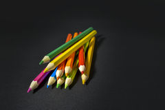 Matite colorate su priorità bassa nera Fotografia Stock Libera da Diritti