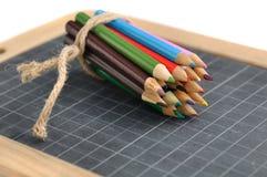 Matite colorate su un'ardesia Fotografie Stock Libere da Diritti