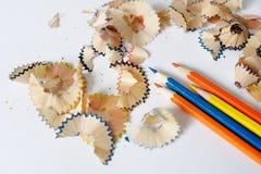 Matite colorate su un fondo bianco Trucioli dalle matite colorate Immagini Stock