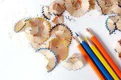 Matite colorate su un fondo bianco Trucioli dalle matite colorate fotografia stock libera da diritti