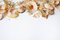 Matite colorate su un fondo bianco Trucioli dalle matite colorate fotografie stock