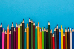 matite colorate su un fondo blu Immagine Stock Libera da Diritti