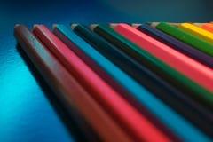 matite colorate su un fondo blu Immagini Stock
