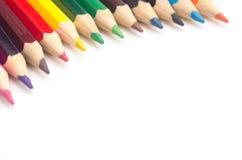 Matite colorate su un primo piano bianco del fondo immagine stock libera da diritti