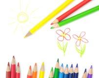 Matite colorate sul disegno del bambino fotografia stock
