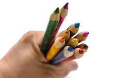 Matite colorate tenute nella mano Sono affilati bene e possono disegnare un'immagine di Natale immagini stock