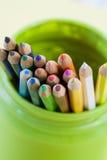 Matite colorate in un barattolo verde Immagine Stock Libera da Diritti