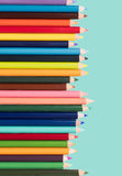 Matite colorate in una disposizione su un fondo bianco Fotografia Stock Libera da Diritti