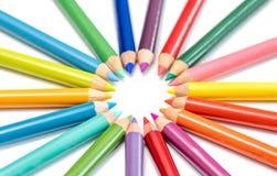 Matite colorate in una disposizione su un fondo bianco Fotografie Stock