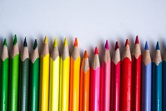 matite colorate in una fila, isolata su fondo bianco Fotografia Stock