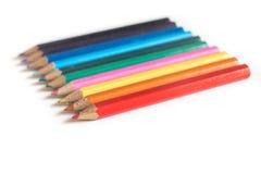 Matite colorate in una fila, su fondo bianco Immagini Stock Libere da Diritti