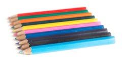 Matite colorate in una fila, su fondo bianco Fotografie Stock