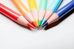 Matite del disegno dell'arcobaleno con i trucioli su bianco Immagini Stock Libere da Diritti