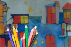 matite del disegno sui bambini che disegnano fondo Fotografia Stock