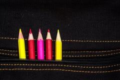 Matite del pigolio rosso, giallo e rosa di colore dalla tasca di Immagine Stock