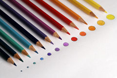 Matite di colore con il punto dei colori Fotografie Stock Libere da Diritti