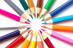 Matite di colore isolate sulla fine bianca del fondo su con il percorso di ritaglio Bello Per disegnare Fotografia Stock