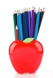 Matite di colore nel supporto a forma di mela Fotografia Stock Libera da Diritti