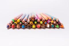 Matite di colore su priorità bassa bianca Belle matite di colore Matite di colore per disegnare Isolato Di nuovo al concetto del  Immagine Stock Libera da Diritti