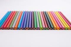 Matite di colore su priorità bassa bianca Belle matite di colore Matite di colore per disegnare Isolato Di nuovo al concetto del  Fotografie Stock Libere da Diritti