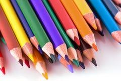 Matite di colore su priorità bassa bianca Matite colorate differenti Immagini Stock Libere da Diritti