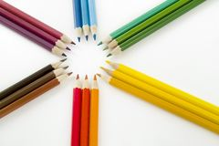 Matite di colore su priorità bassa bianca Fine in su immagine stock libera da diritti