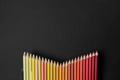 Matite di colore su un fondo nero Immagini Stock