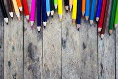 Matite di colore sulla plancia di legno Fotografie Stock