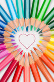 Matite di colore visualizzate nel cuore di amore fotografia stock