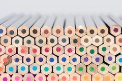 Matite di legno orizzontali impilate di colore Immagine Stock
