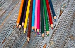 Matite Disegnando con una matita Apprendimento dissipare immagini stock libere da diritti