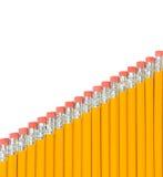 Matite gialle che vanno in su su una pendenza come le scale Immagine Stock