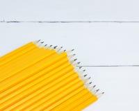 matite gialle del gruppo su fondo di legno bianco Fotografia Stock