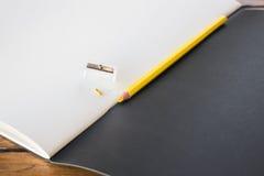 Matite gialle rotte sullo sketchbook Fotografie Stock Libere da Diritti