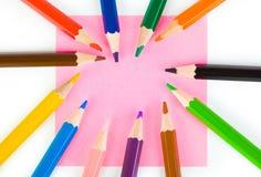 Matite multicolori e documento immagini stock