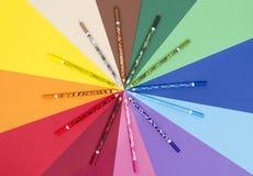 Matite uniche di colore di progettazione su carta Immagine Stock