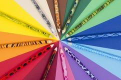 Matite uniche di colore di progettazione su carta Immagini Stock