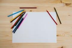 Matite variopinte e foglio di chiara carta bianca per disegnare immagini stock libere da diritti