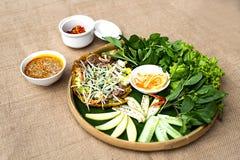 Matiz lisa vietnamiana do khoai da torta de fruta ou do banh do arroz com ervas e especs. fotografia de stock