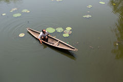 MATIZ, VIETNAME, O 2 DE MAIO DE 2015: O homem não identificado da pesca vai em casa do barco imagem de stock