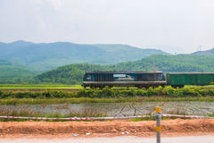Matiz, Vietname o 15 de março:: Os trens estavam correndo entre o s bonito Imagens de Stock Royalty Free