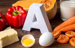 Matkällor av naturligt vitamin A och bokstav A Bekläda beskådar begreppet bantar sunt arkivfoto