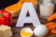Matkällor av naturligt vitamin A och bokstav A Bekläda beskådar begreppet bantar sunt fotografering för bildbyråer