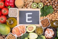 Matkällor för Vitamine E, bästa sikt på träbakgrund royaltyfria foton