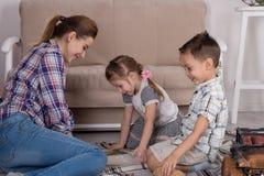 Matka angażuje z dziećmi Matka z małymi dziećmi czytającymi Zdjęcie Royalty Free