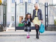 Matka bierze jej córki od szkoły, pojęcie rodzina obrazy stock