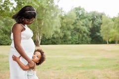 Matka bierze opiekę jej mała dziewczynka Fotografia Stock